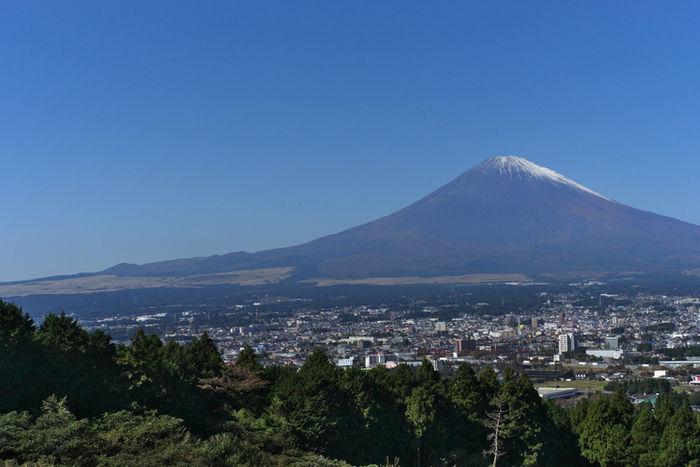 御殿場の街と富士山の写真