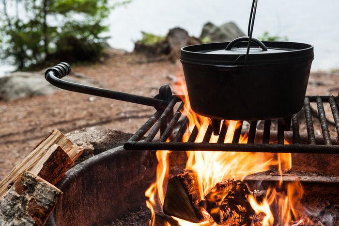焚き火でダッチオーブンを温めている様子