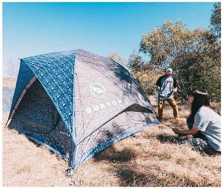 バートンのテントを設営する男女