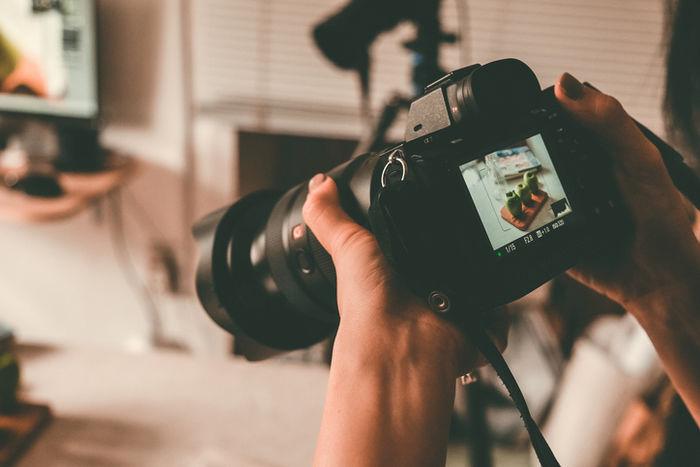 カメラで撮った写真を確認している様子