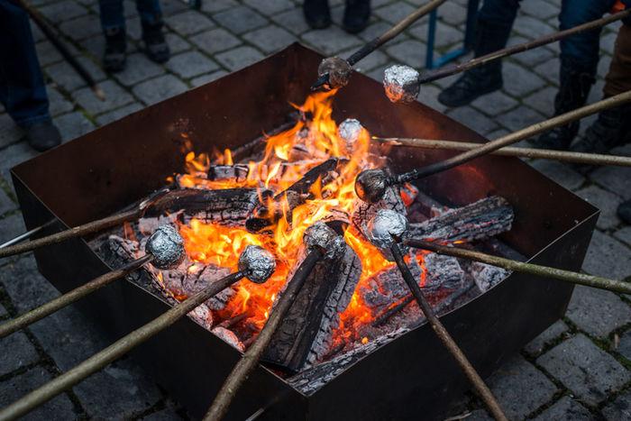 焚き火でりんごを焼いている写真