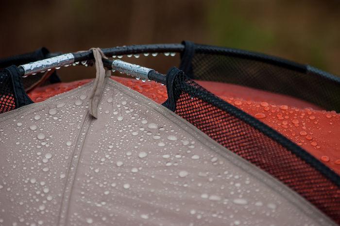 水を弾いているテントの写真