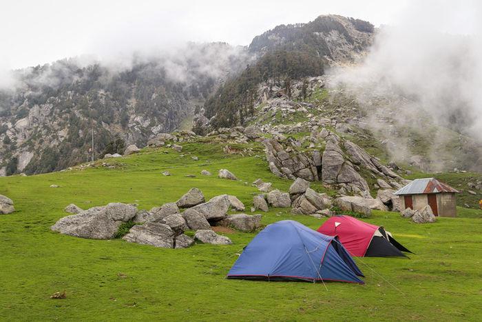 岩山の麓に貼ってあるテントの写真