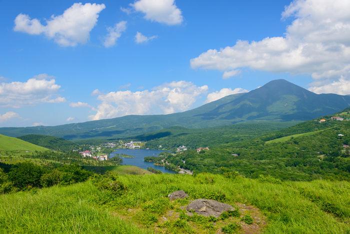 八ヶ岳エリアの山々と湖の写真