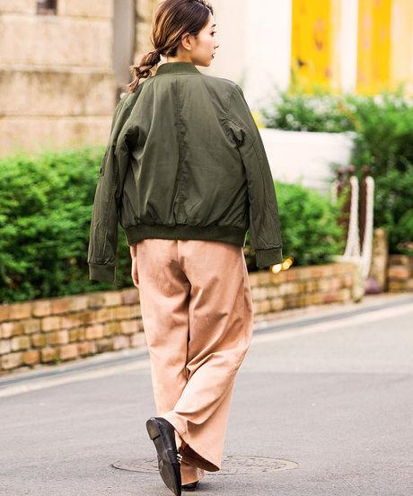 カーキブルゾンを着た女性