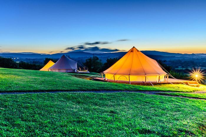 山の上のグランピングテントの写真