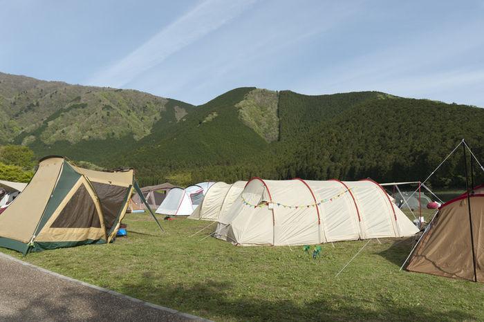 標高高い山に貼ってあるテントの写真