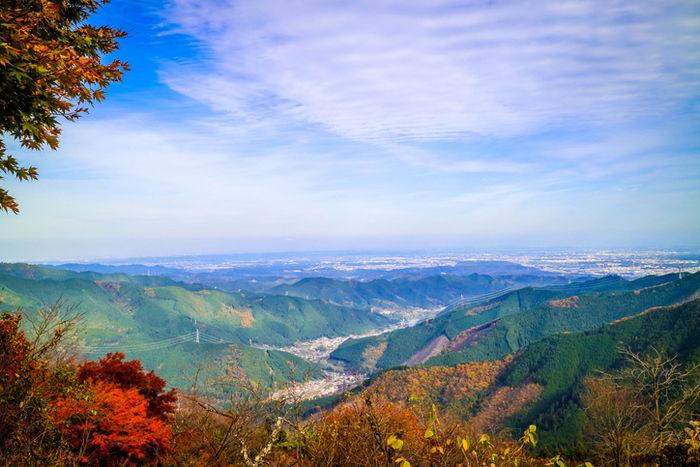 紅葉した高尾山の山頂からの眺めの写真