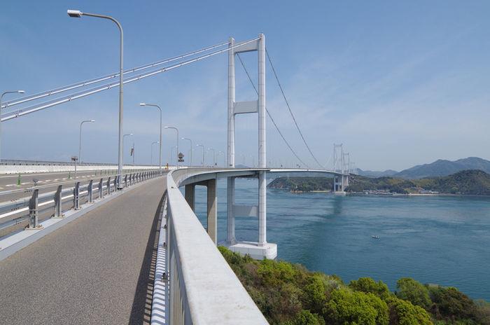 島と島をつなぐ大きな橋の写真
