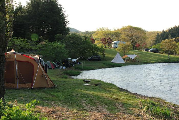 湖の周りのテントサイトの写真