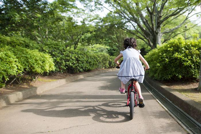 自転車を漕いでいる女の子の写真
