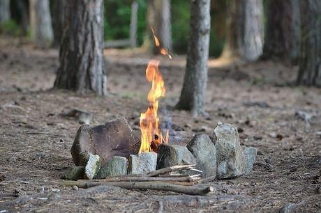 焚き火で炎が上がっている写真