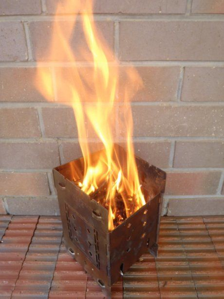 FIREBOXの焚き火台から大きな炎が上がっている写真