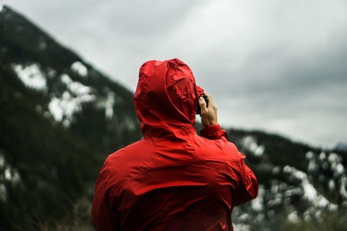 山をバックにシェルを着た人