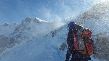 雪山に挑む人