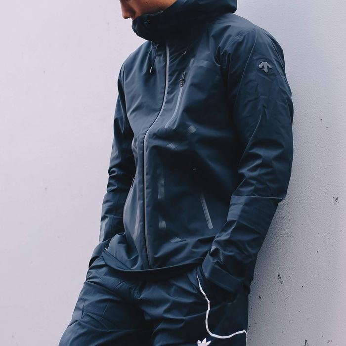 デサントのハードシェルジャケットを着た男性