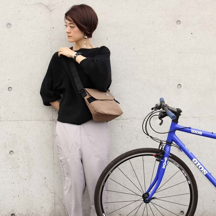 MEIのバッグを持った女性と自転車