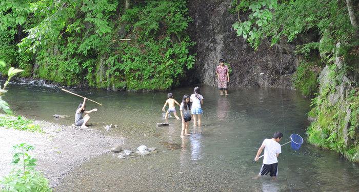 ほうれんぼうの森キャンプ場での川遊び