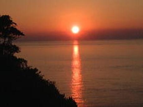 雲見温泉の夕陽と潮騒の岬オートキャンプ場の夕日