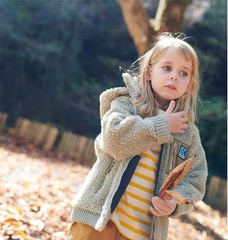 ヘリーハンセンのパーカーを着た子供