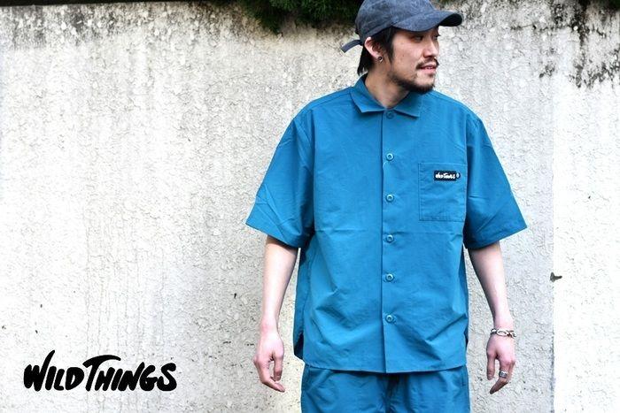 ワイルドシングスの服を着た男性