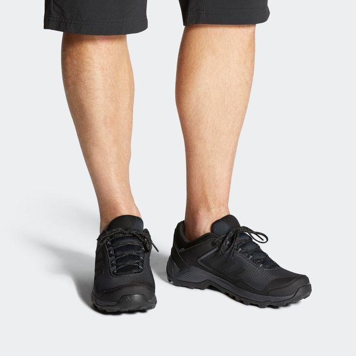 アディダスのトレッキングシューズを履いた男性の足元