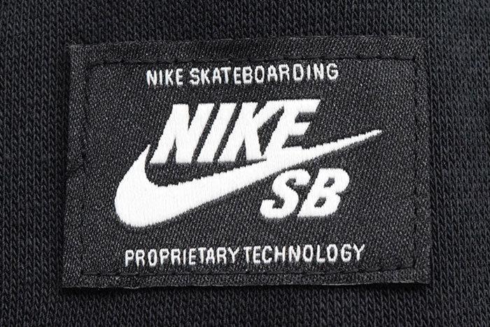 ナイキのSBパーカーのロゴ