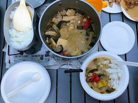 飯盒で炊いたご飯とグリーンカレー