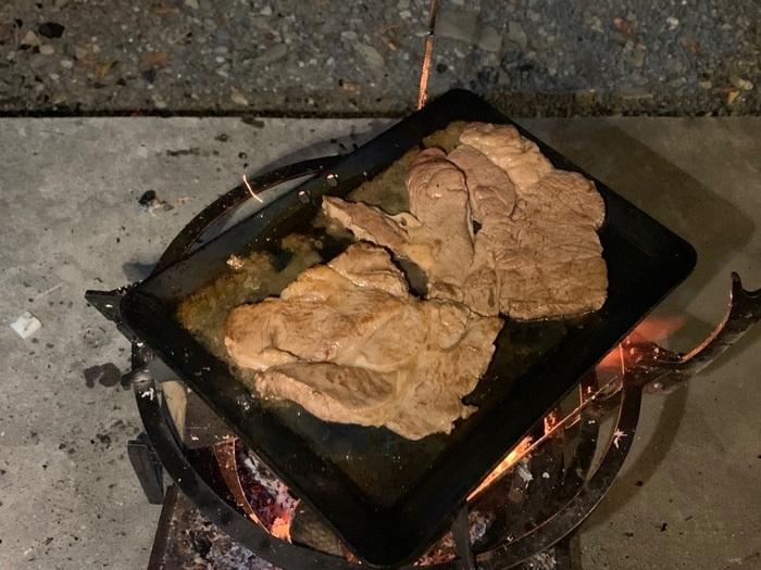 鉄板を敷いてのステーキ