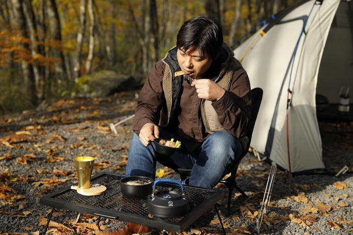 食事をしている男性
