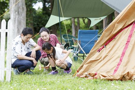テントを設営する家族