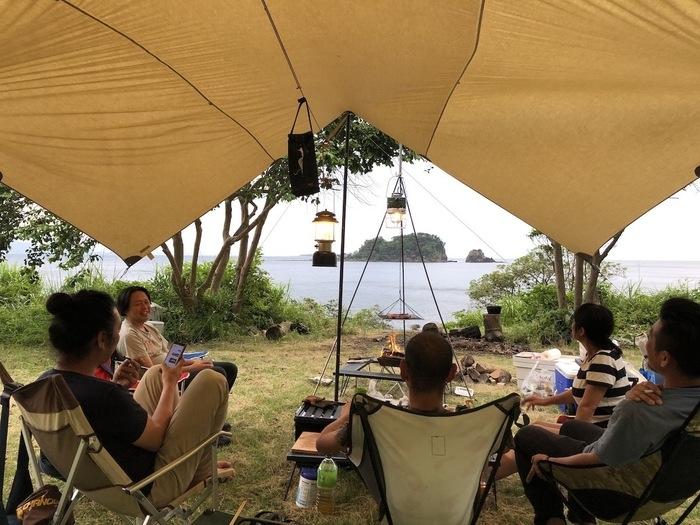 海キャンプを楽しむメンバー