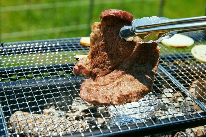 バーベキューで肉を焼いている様子