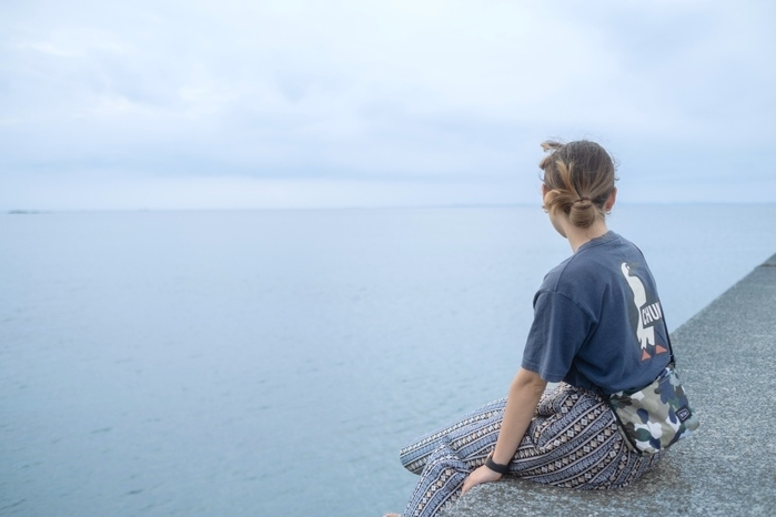 堤防に座る人