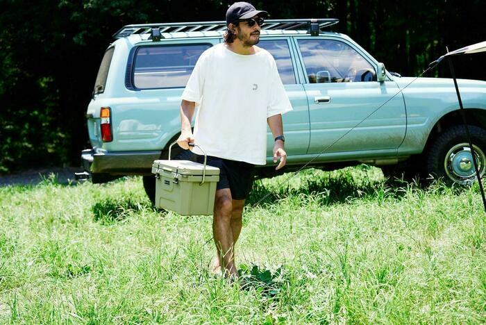 荷物を運ぶキャンパー