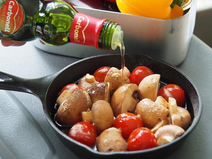 スキレットに敷き詰められたミニトマトとマッシュルーム