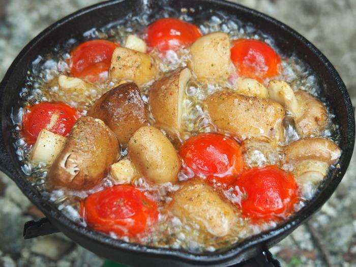 スキレットで煮込まれるミニトマトとマッシュルーム