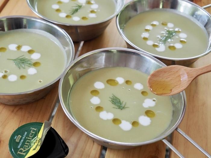 えんどう豆のスープにオリーブオイルとフレッシュを盛り付ける