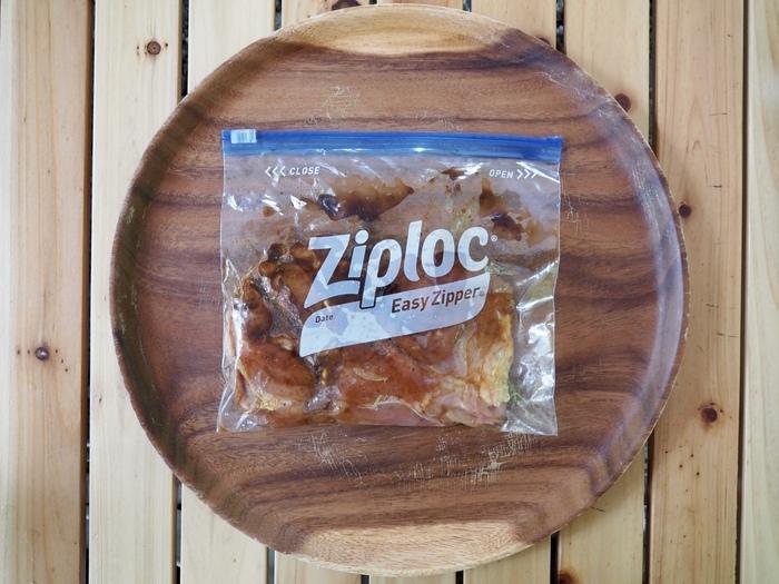 袋の中でタレに漬けられた鶏モモ肉。