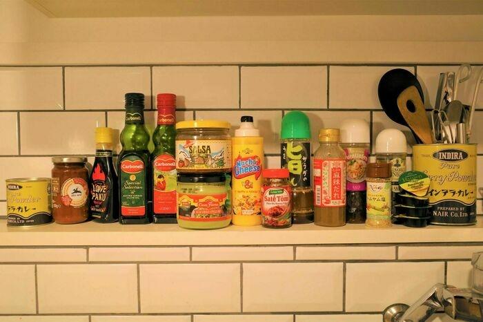台所に並んだKALDIで買った調味料たち