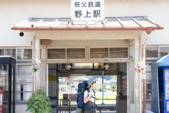 駅舎の前にいる女性