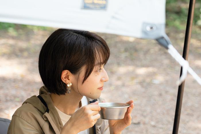 シェラカップを持っている女性