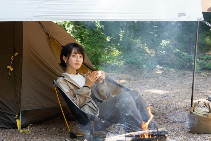 焚き火を楽しむ女性
