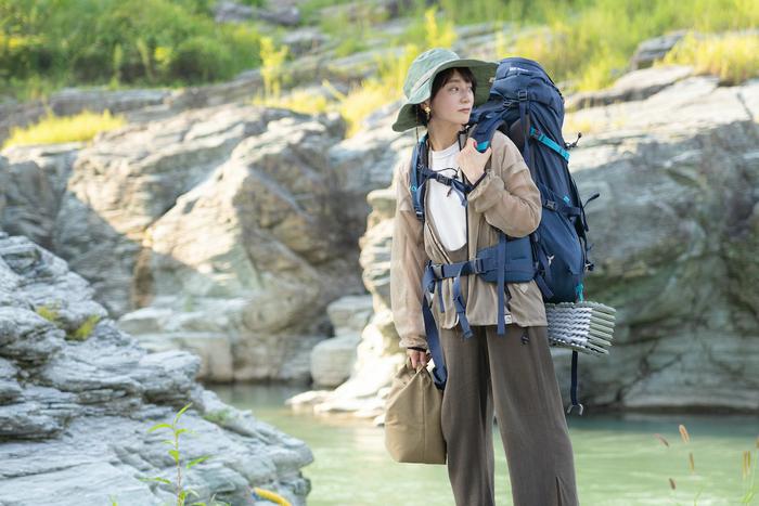 川の前にたつ女性