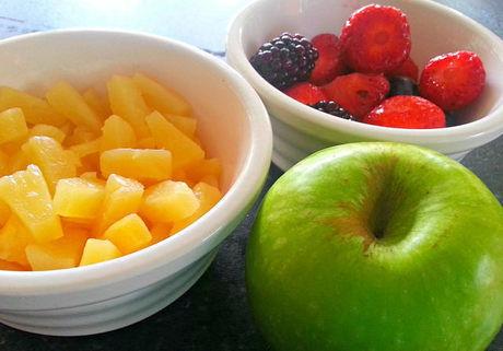 カットされたパイナップルや木苺などの果物