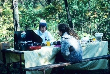 屋外で食事をする人々