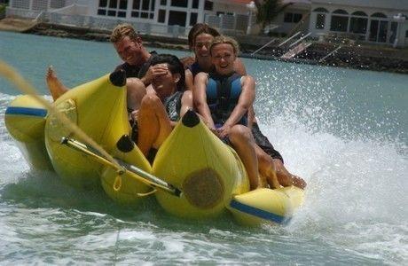 バナナボートに乗る人々