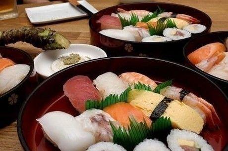 桶に入った出前のお寿司