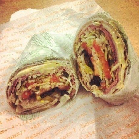 フライングタイガーコペンハーゲンのペーパーナプキンで包んだサンドイッチ