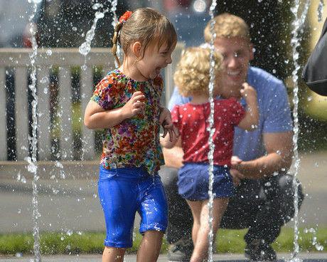水遊びをする親子